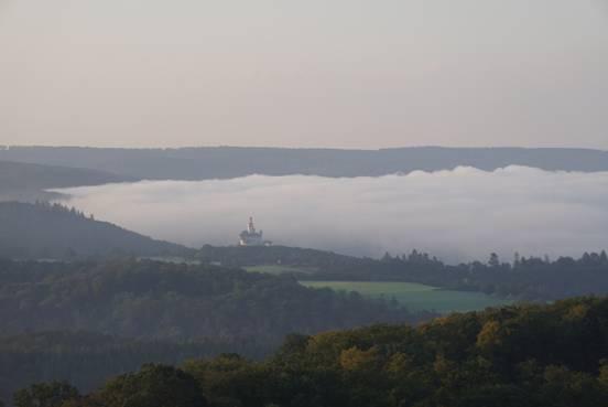 Деревн�, окутанна� туманом