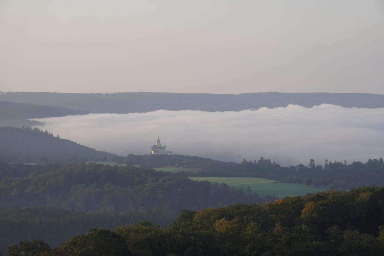 Деревня, окутанная туманом